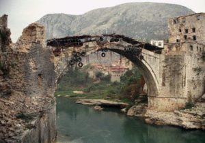 Il ponte di Mostar distrutto dalla guerra
